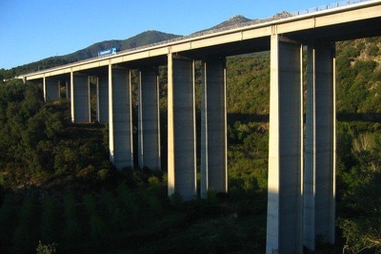 Los ingenieros civiles ayudan en la construcción de puentes.