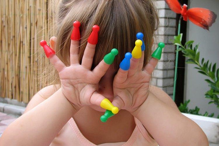 Los juegos de dedos son una manera divertida de ayudar a los niños a aprender sobre la autoestima.
