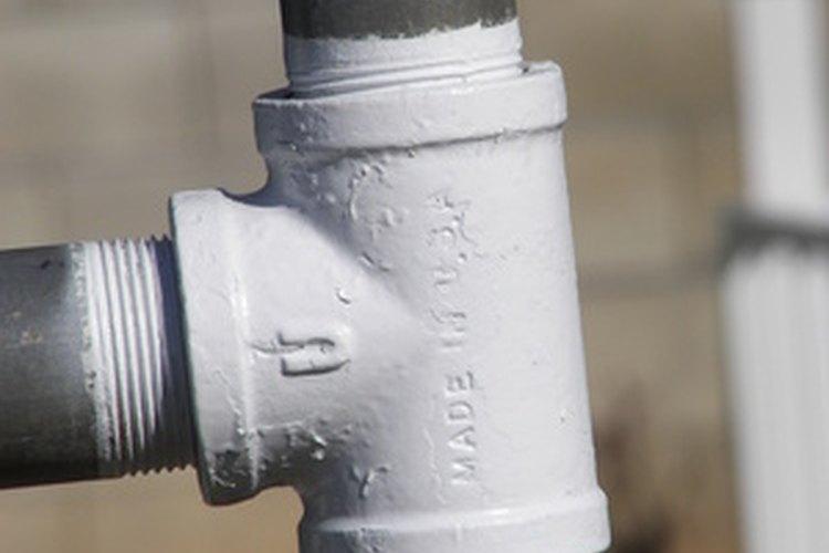 """Tubo galvanizado con rosca en una conexión """"T""""."""