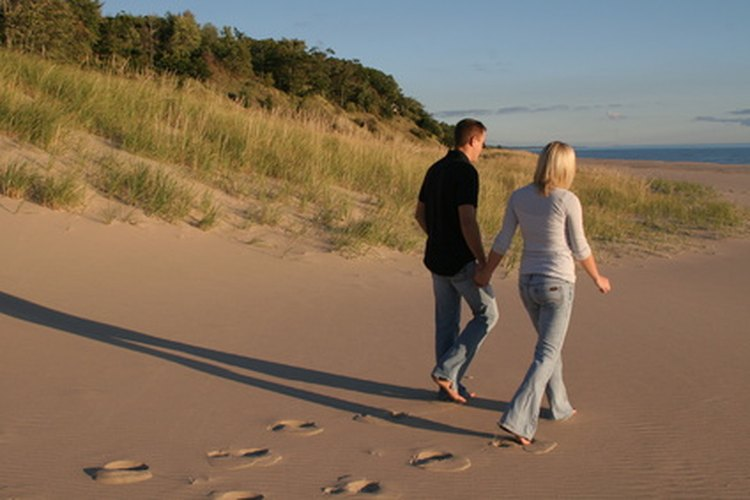 Si prefieres una actividad tranquila, lleva a tu cita a una caminata por la playa.