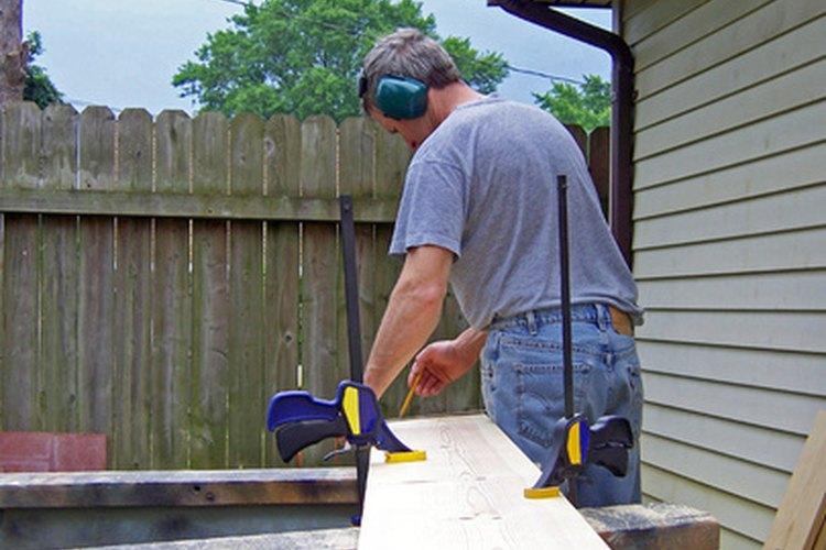 Diseña los escalones con una escuadra de carpintero.