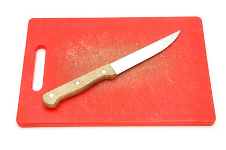 Trabaja sobre una tabla para cortar de plástico para evitar que se manchen otras superficies.