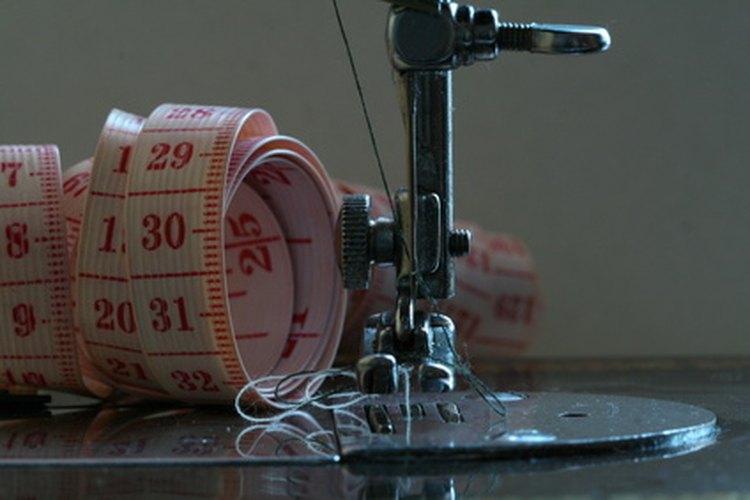 Las costureras son responsables de medir, cortar y coser las piezas de tela.
