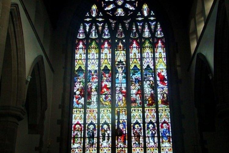 Las ventanas de la iglesia tienen el propósito de embellecer así como uno funcional.