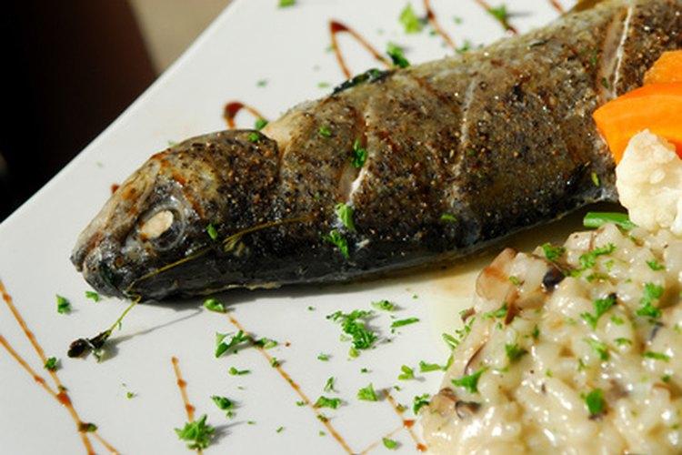Un pez limpio se sirve con la cabeza intacta.
