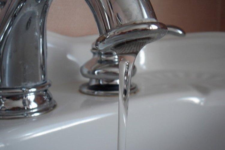 El detergente en polvo y el agua caliente forman una pasta.