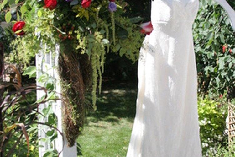 Teñir tu vestido de novia puede ayudarte a combinar la paleta de colores de tu boda.