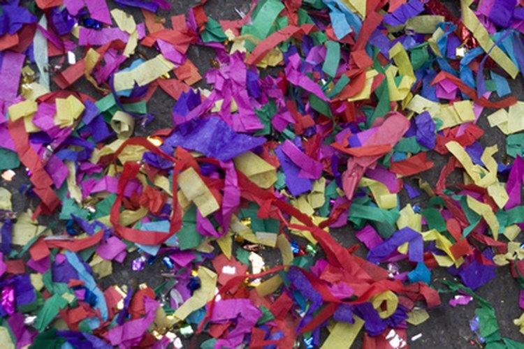 Rocía confeti en el pastel, los regalos, y las mesas de alimentos como una decoración colorida.