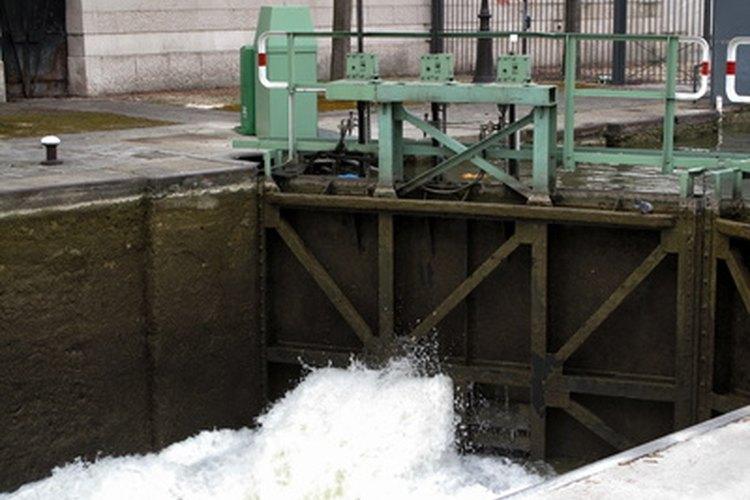 Una esclusa llena de agua.