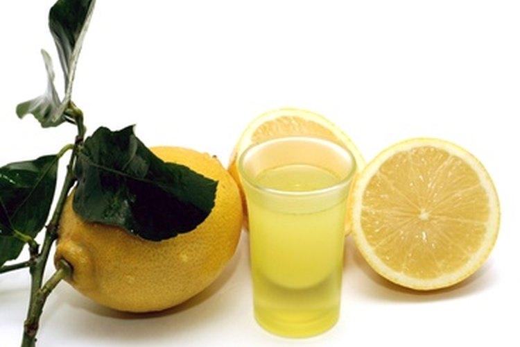Añade unas gotas de extracto de limón o jugo de limón fresco en el recipiente.