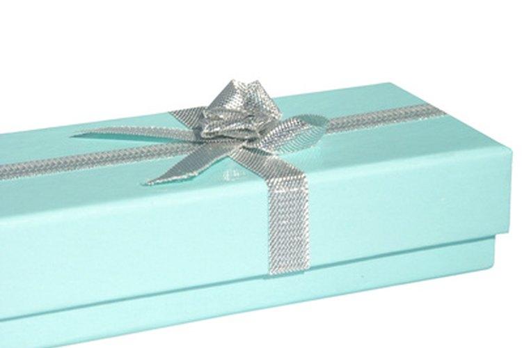 Envuelve una caja de regalo con cinta, para hacer un regalo de dinero.