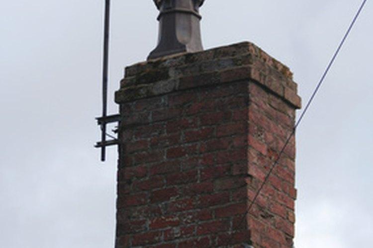 La chimeneas viejas pueden necesitar reparaciones, ya que los ladrillos colapsan y pueden obstruir el cañón.