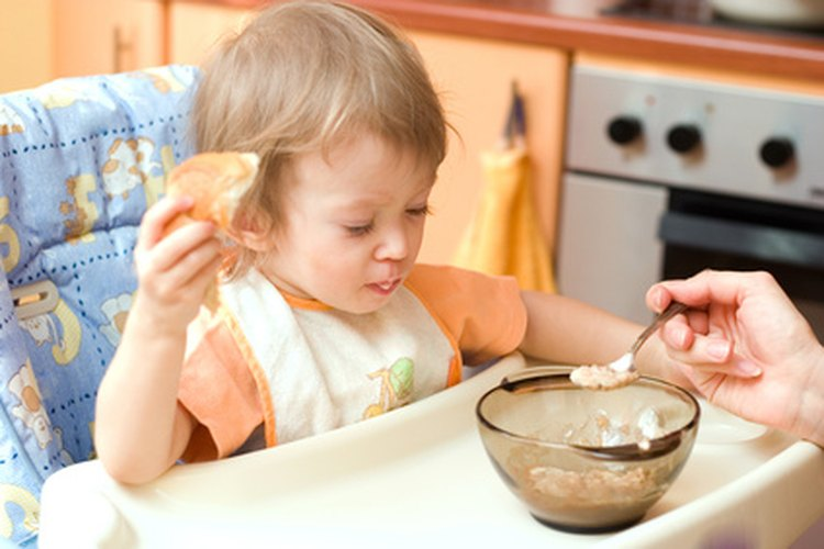 Prueba una variedad de alimentos para el desayuno para tu hijo de 9 meses de edad.