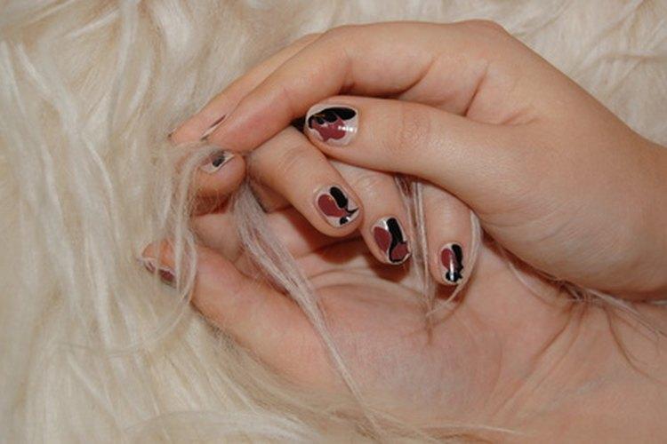 El acrílico se usa para aplicar uñas artificiales.