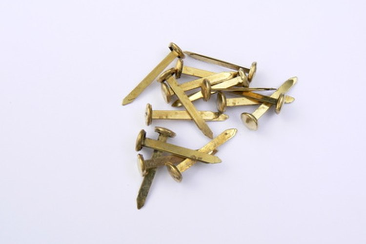 Los sujetadores de metal son convenientes para utilizar en proyectos con partes móviles.