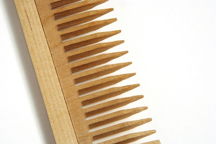 Usa un peine de púas anchas para el cabello débil.