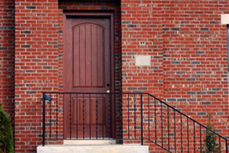 El aire puede pasar por debajo de las puertas que no tienen sellado para puertas.