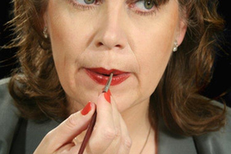 Lamerse los labios durante un período de tiempo puede generar grietas en la piel de los labios debido a la cualidad abrasiva de la saliva.
