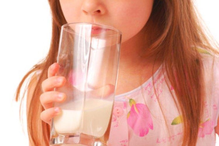 La leche de vaca instantánea se disuelve más fácil en el agua que la no instantánea.
