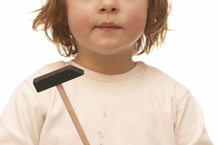Si tienes un pequeño ayudante, ten cuidado con los dedos cuando usen el martillo.