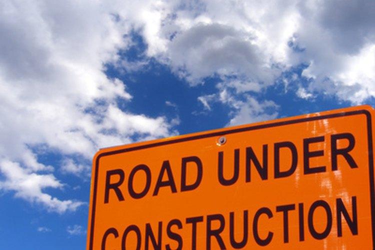 El asfalto y el concreto son materiales de pavimentación comunes.