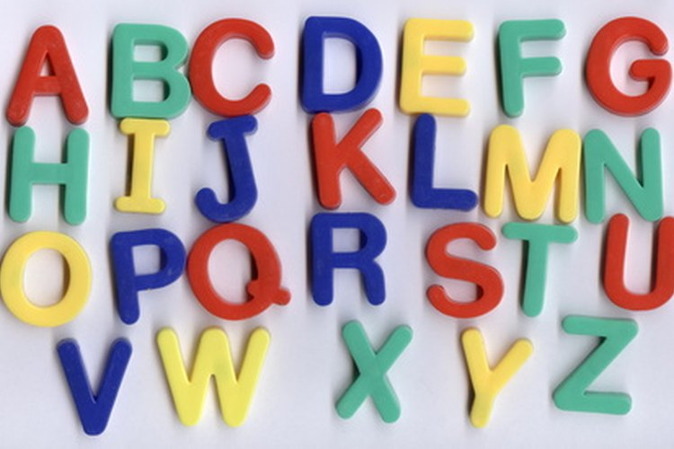 Informa a los estudiantes que hay elementos en el salón de clases que contienen letras del alfabeto.