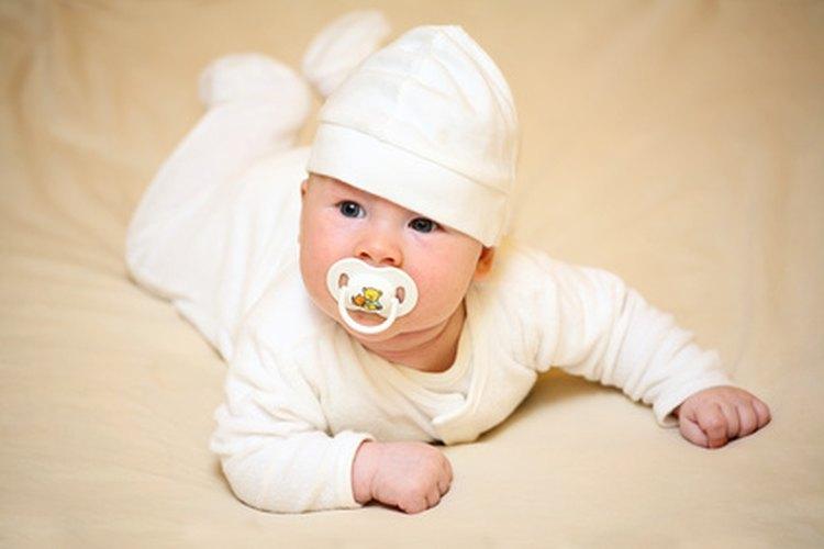 Algunos bebés prefieren los chupones más que otros.