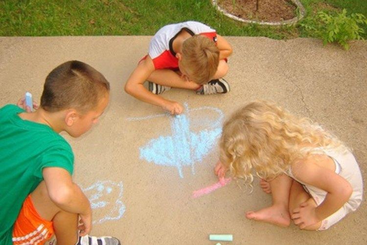 Los niños comparten materiales durante el juego asociativo.
