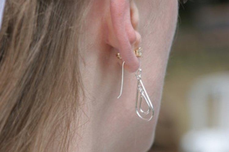 Quitar los aretes apropiadamente evita daños al lóbulo de la oreja.