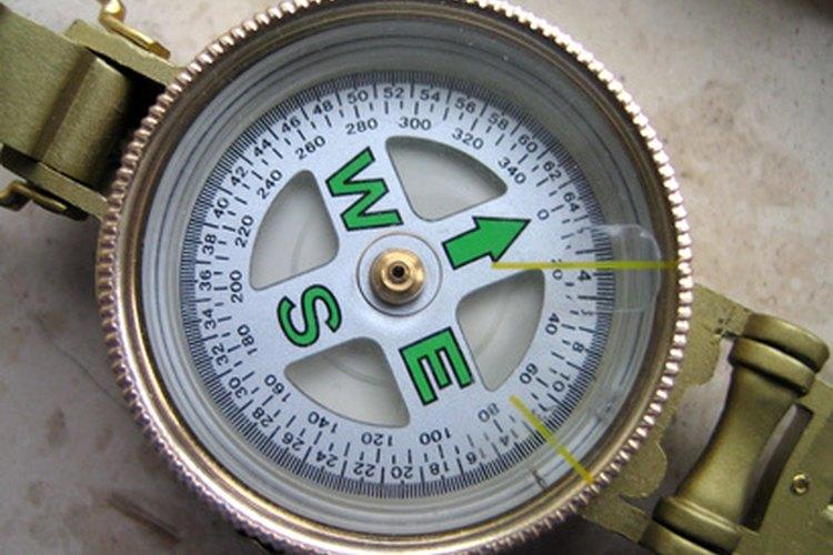 La brújula Lensatic es una ayuda útil en la navegación terrestre.