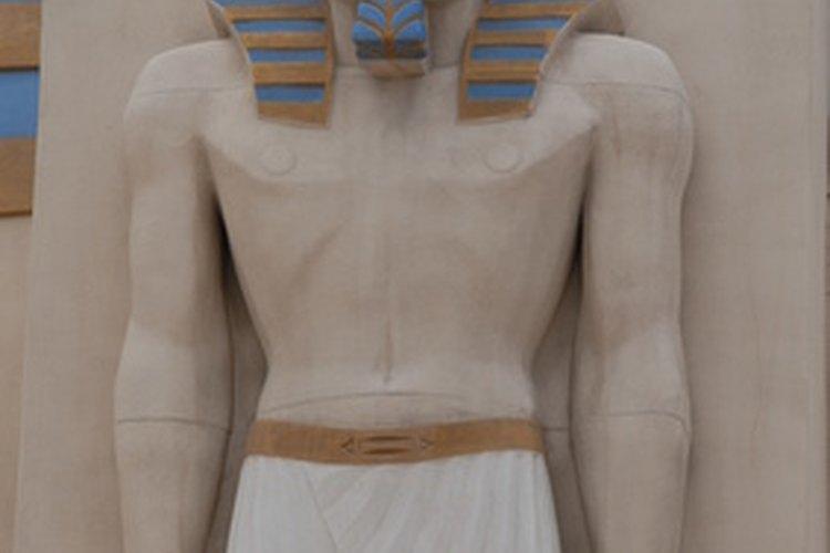 Utiliza arcilla de modelado y haz una momia miniatura.