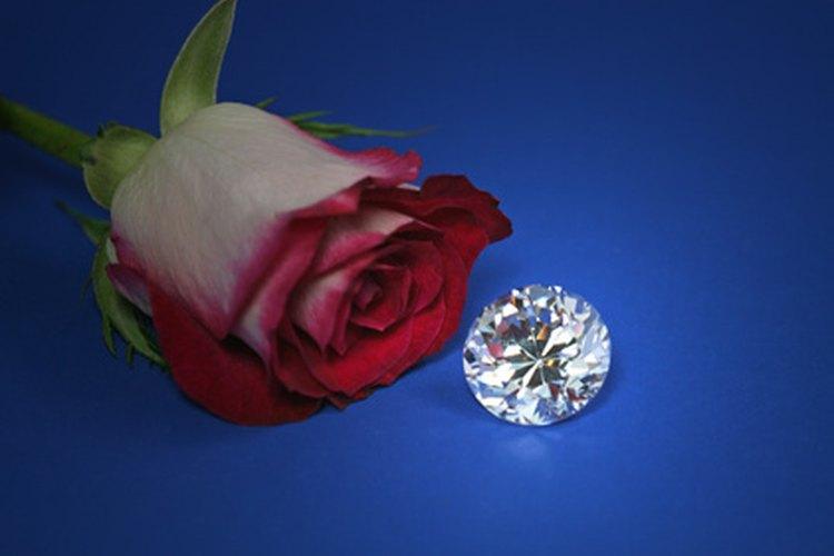 El diamante es el símbolo tradicional para un aniversario de bodas número 60.