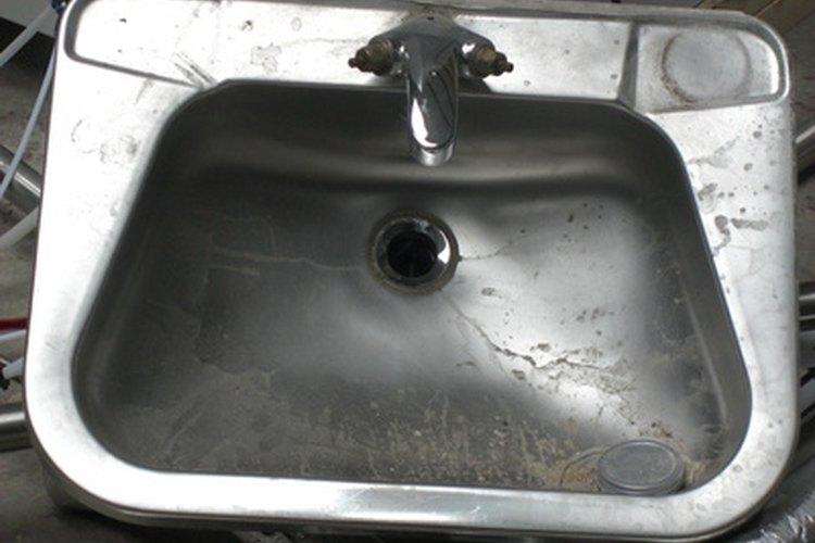 El acero inoxidable viejo puede tener marcas de agua, huellas dactilares, rayones y acumulaciones.