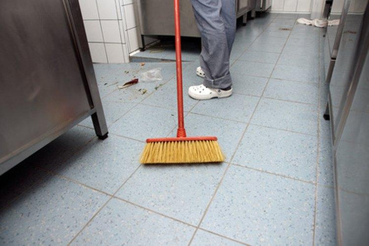 Conserje barriendo el piso.