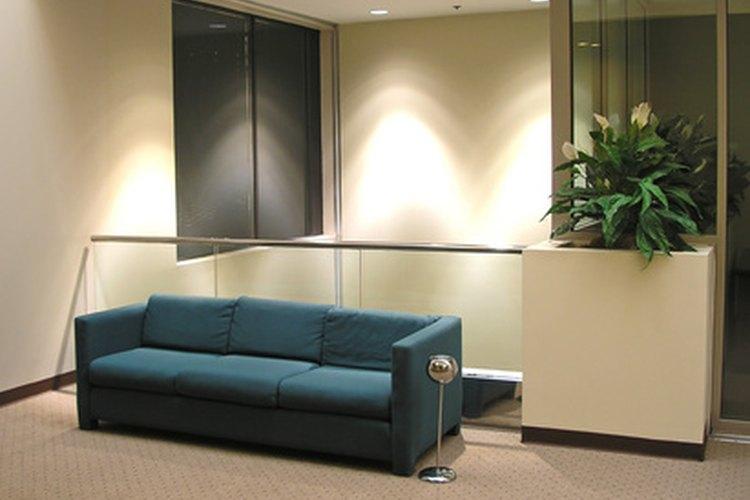 Un sofá es un mueble utilizado para que más de una persona se siente confortablemente.