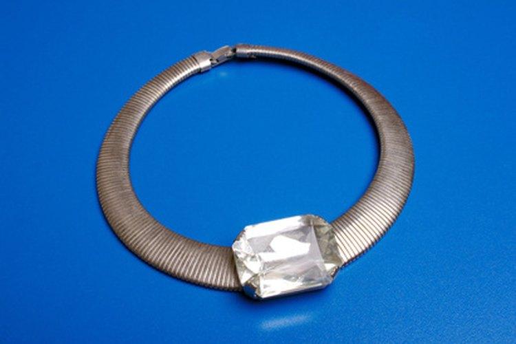 Los diamantes de imitación son de alta calidad y se parecen mucho a los diamantes reales.