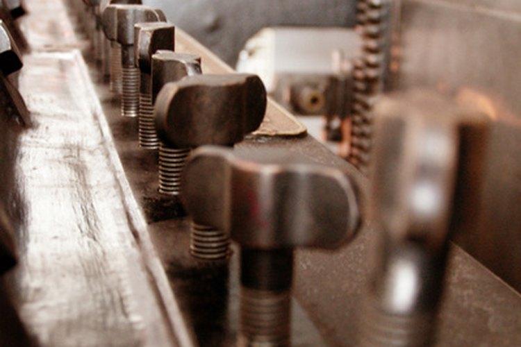 """Similar a un molde, una prensa de conformación convierte el metal """"en blanco"""" en artículos acabados."""