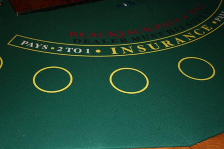 El crupier es responsable de hacer los juegos de mesa en un casino.