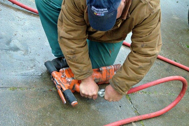 Un compresor de aire utiliza aire a presión dentro de un depósito para herramientas de potencia neumáticas.