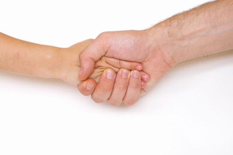Un apretón de manos es una forma de comunicación no verbal.