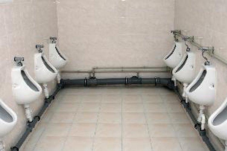 ¿Por qué se coloca hielo en los urinarios?