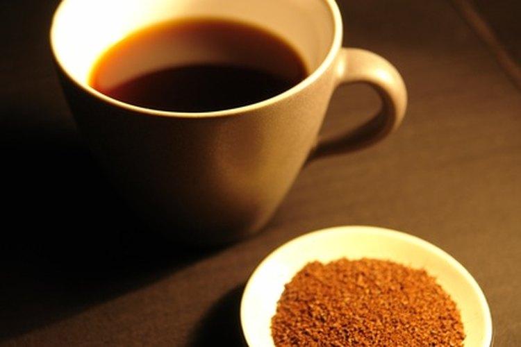 Es posible hacer tu propio café instantáneo moliendo granos de café hasta convertirlos en un polvo fino.