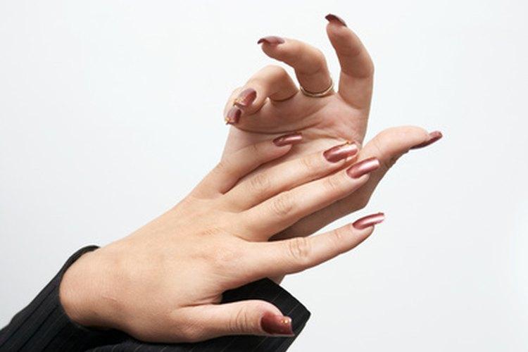 Utiliza un pulidor eléctrico para limar las uñas de acrílico.