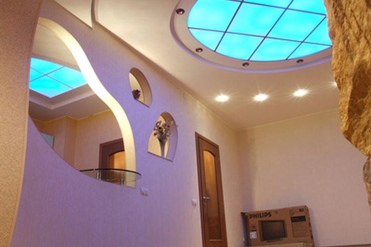 La iluminación altera el color de las paredes.