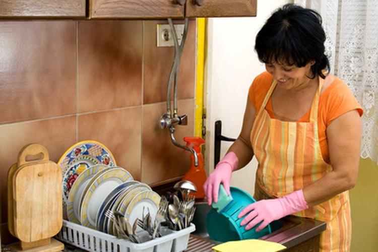 Entrena a tu adolescente para que lave la vajilla mientras te ocupas de otros quehaceres.