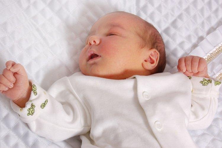 Viaja en vuelos durante la hora de la siesta del bebé para favorecer el sueño.