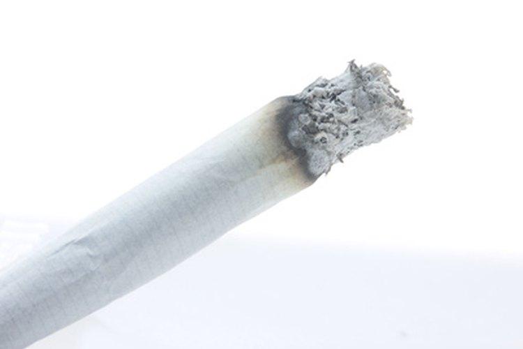Una forma común de que la ropa se manche con una quemadura superficial es que por accidente caiga sobre ella un cigarrillo encendido.