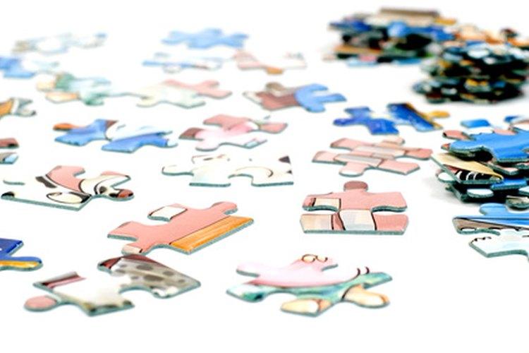 El papel utilizado para hacer las piezas de rompecabezas es marrón.