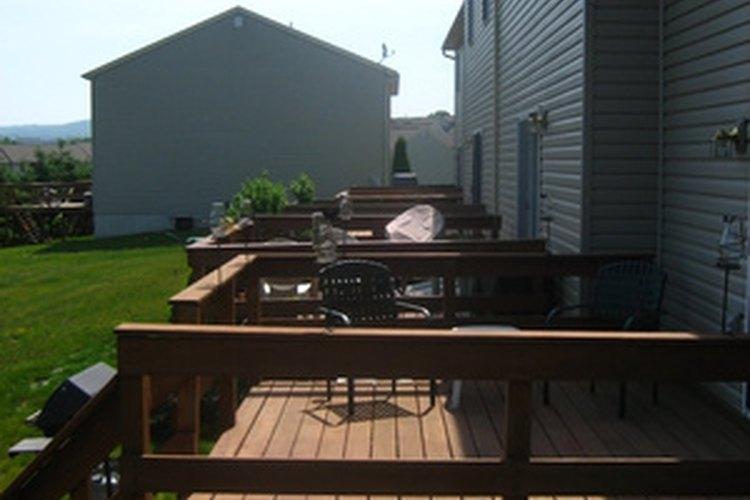 El espacio correcto entre los tablones de cedro rojo de un deck, prolongará su vida útil