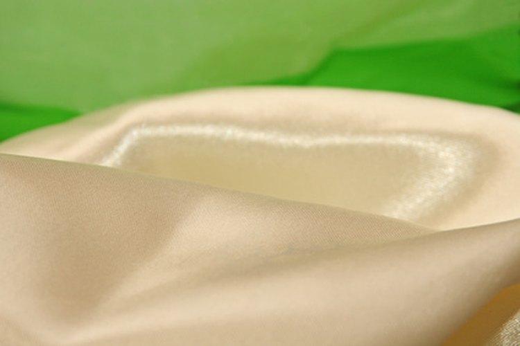 Los tonos champaña y dorado hacen que el verde bosque sea más formal.